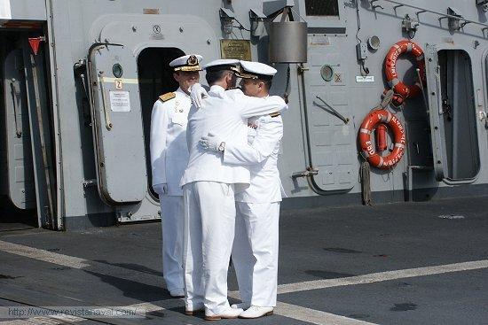 Rodríguez Garat y Garat Caramé se funden en un fraternal abrazo al término del acto (Foto: Armada)