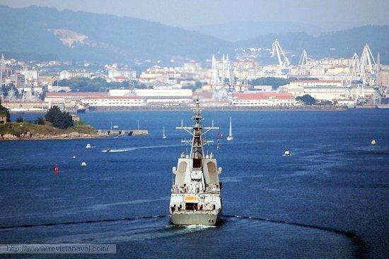 Pasando entre castillos de la ría de Ferrol (Foto: Fernando Rivera/Revista Naval)