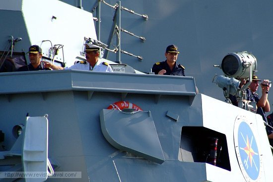 El comandante del buque, capitán de fragata Aniceto Rosique Nieto, supervisa la maniobra de atraque desde el alerón del puente (Foto: Revista Naval)