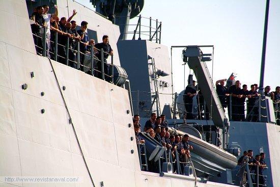 La dotación deseosa de saltar a tierra para abrazar a los familiares que esperaban a pie de muelle (Foto: Revista Naval)