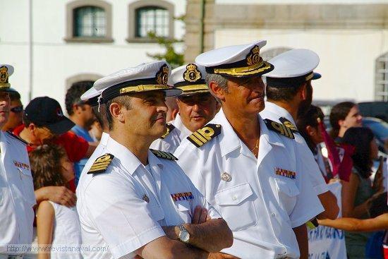 El buque fue recibido por el comandante de la 31ª Escuadrilla de Escoltas, capitán de navío Garat Caramé, en la imagen acompañado por el comandante de la fragata F-101 «Álvaro de Bazán» (Foto: Revista Naval)