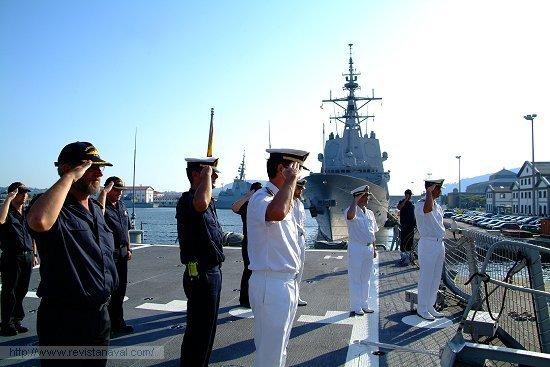 Saludando el embarque de las autoridades (Foto: Revista Naval)