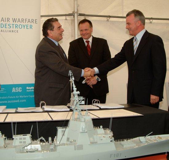 Brendan Nelson, ministro de Defensa del Gobierno Federal australiano, y Juan Pedro Gómez Jaén, presidente de Navantia, durante la firma del contrato del AWD (Foto: Navantia)