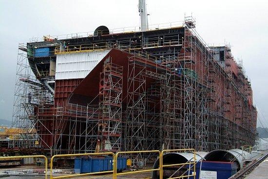 El casco del futuro «Juan Carlos I» sobre la grada de Ferrol (Foto: Revista Naval)