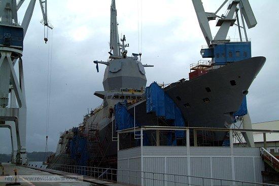En la grada contigua se ultima el lanzamiento de la fragata «Helge Ingstad» para la Armada de Noruega (Foto: Revista Naval)
