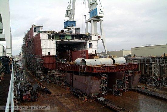 Vista de popa del «Juan Carlos I». Nótense los cajones colocados eventualmente para facilitar la botadura del buque. En esa zona serán instalados los «pods» propulsores del buque (Foto: Revista Naval)