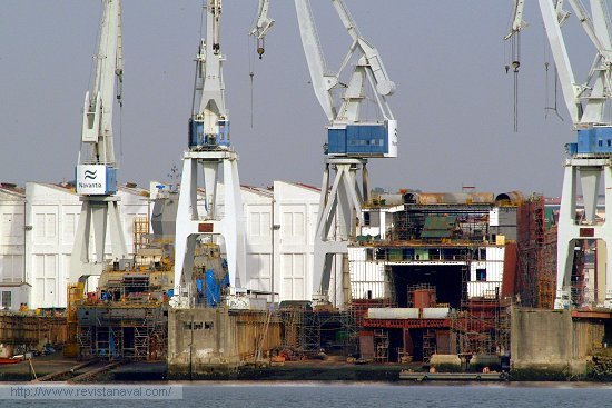Vista general de las gradas, a la izquierda la fragata «Helge Ingstad», a la derecha, el LHD «Juan Carlos I» (Foto: Revista Naval)