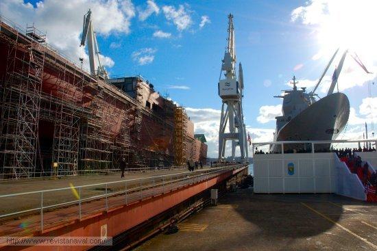 A la sombra del gigante. En la grada contigua a la que ocupa la fragata «Helge Ingstad» crece el «Juan Carlos I», futuro buque insignia de la Armada española (Foto: Revista Naval)