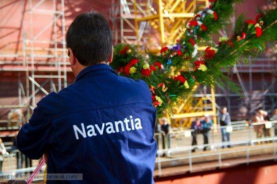 Un operario ultima los detalles en la tribuna de honor (Foto: Fernando Rivera/Revista Naval)