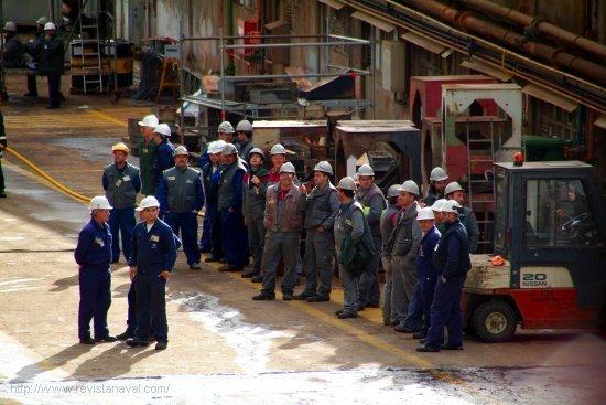 Trabajadores del astillero y de compañías auxiliares observan a pie de grada el resultado de su esfuerzo (Foto: Fernando Rivera/Revista Naval)