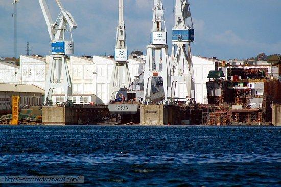 Imagen de los instantes previos de la botadura, en la grada contigua avanza la construcción del LHD «Juan Carlos I» (Foto: E.U. Leira/Revista Naval)