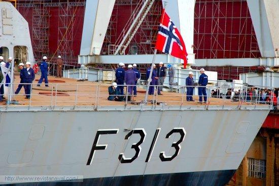 Los operarios a bordo del buque ultiman los detalles antes del lanzamiento (Foto: Revista Naval)