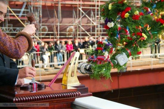 Ángel Recamán, director del astillero Fene-Ferrol sujeta la trincha que cortará la cinta (Foto: Fernando Rivera/Revista Naval)