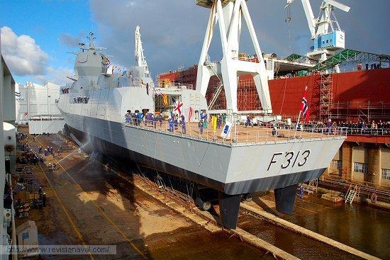 El buque comienza a deslizarse por la grada (Foto: Revista Naval)