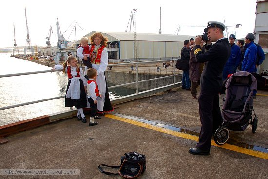 Una estampa ya habitual en Ferrol, familia noruega ataviada con el traje típico (Foto: Revista Naval)