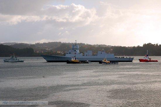 El remolcador de la Armada española Y-122 colaboró junto a otras unidades civiles en la maniobra de atraque del buque recién botado (Foto: Revista Naval)