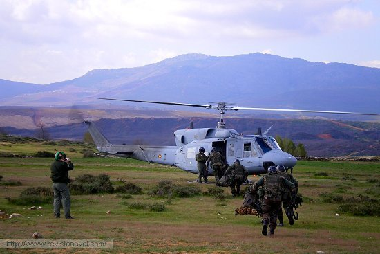 Infantes de Marina embarcando en un Bell-212 de la 3ª Escuadrilla de Aeronaves (Foto: ENM/Armada)