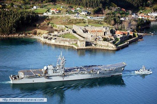 Una estampa clásica, pasando entre castillos (Foto: Fernando Rivera/Revista Naval)