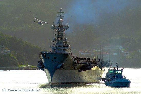 El buque maniobra ayudado por las unidades del tren naval (Foto: Xoán Porto/Revista Naval)