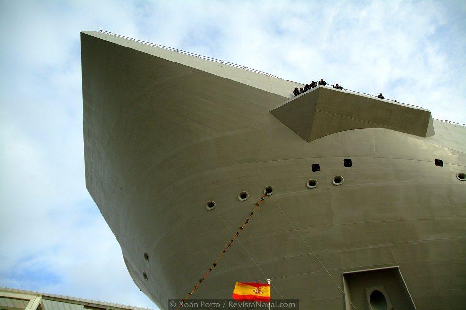 El <i>Sky jump</i> es una de las características más acusadas del perfil del L61 «Juan Carlos I» (Foto: Xoán Porto/Revista Naval)