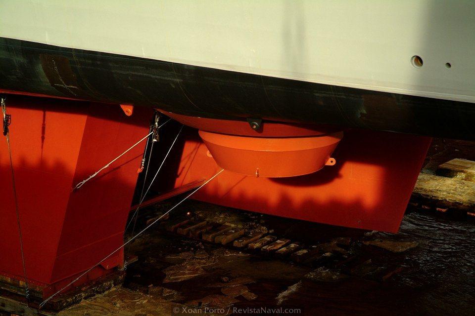 La propulsión del buque, basada en <i>pods</i> eléctricos es otra de las características técnicas más novedosas. En la imagen, el soporte para el <i>pod</i> de babor (Foto: Xoán Porto/Revista Naval)