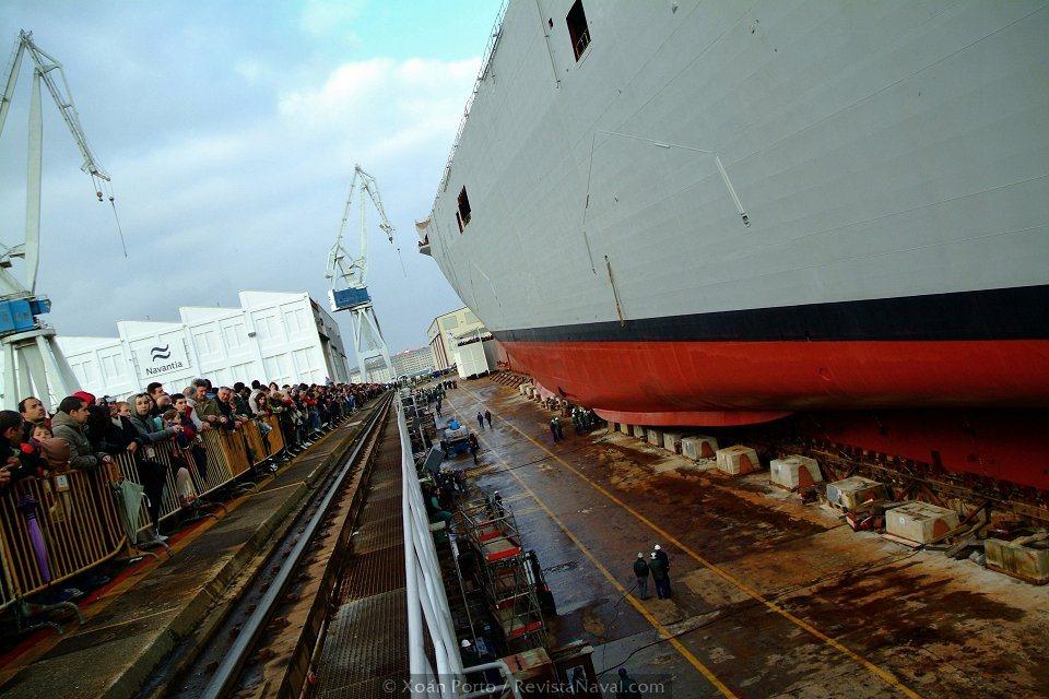 En los próximos años se repetirá al menos en dos ocasiones esta imagen. Los cascos de los LHD de la Armada australiana serán construidos -a excepción de la superestructura, que será montada en aquel país- y botados en España (Foto: Xoán Porto/Revista Naval)