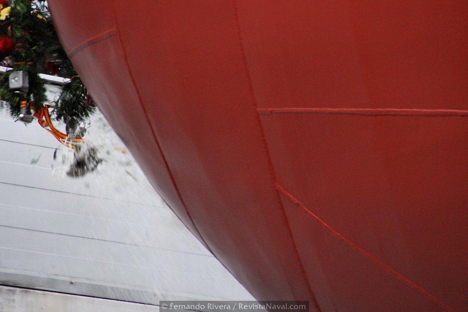 La botella de cava se rompe contra el casco del buque como augurio de buena suerte (Foto: Fernando Rivera/Revista Naval)