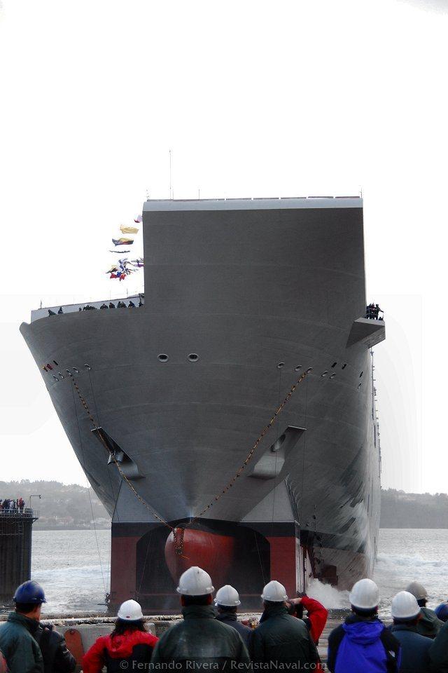 Los trabajadores del astillero contemplan la suave caída del LHD «Juan Carlos I» (Foto: Fernando Rivera/Revista Naval)