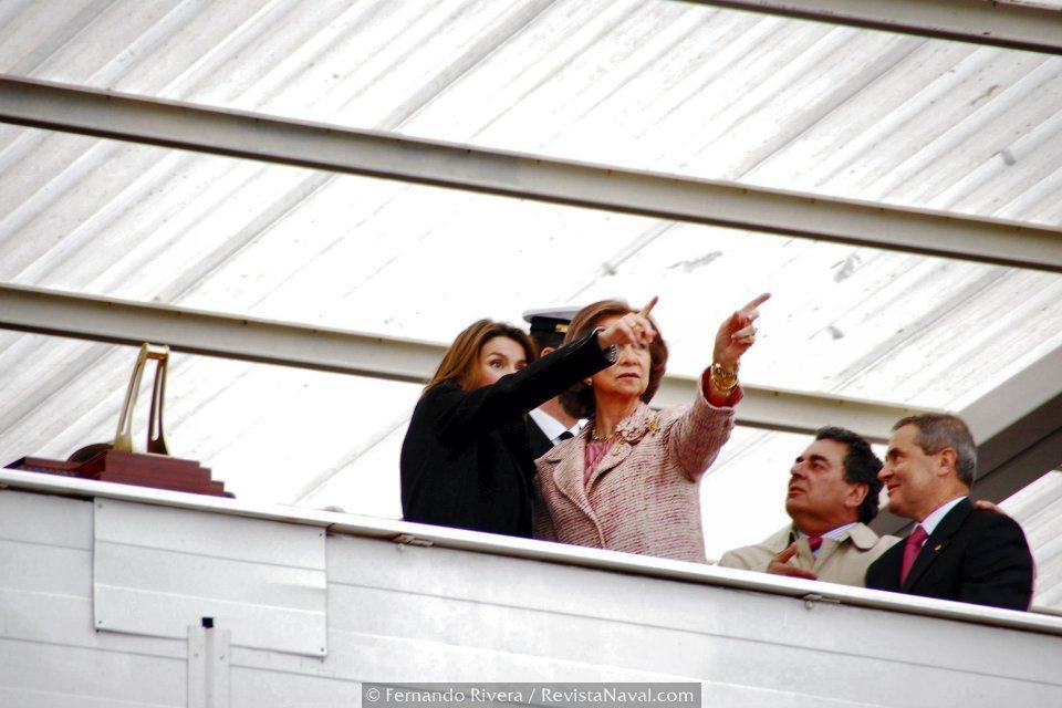 La reina Doña Sofia y la Princesa de Asturias Doña Letizia contemplan la entrada del buque en la ría ferrolana (Foto: Fernando Rivera/Revista Naval)