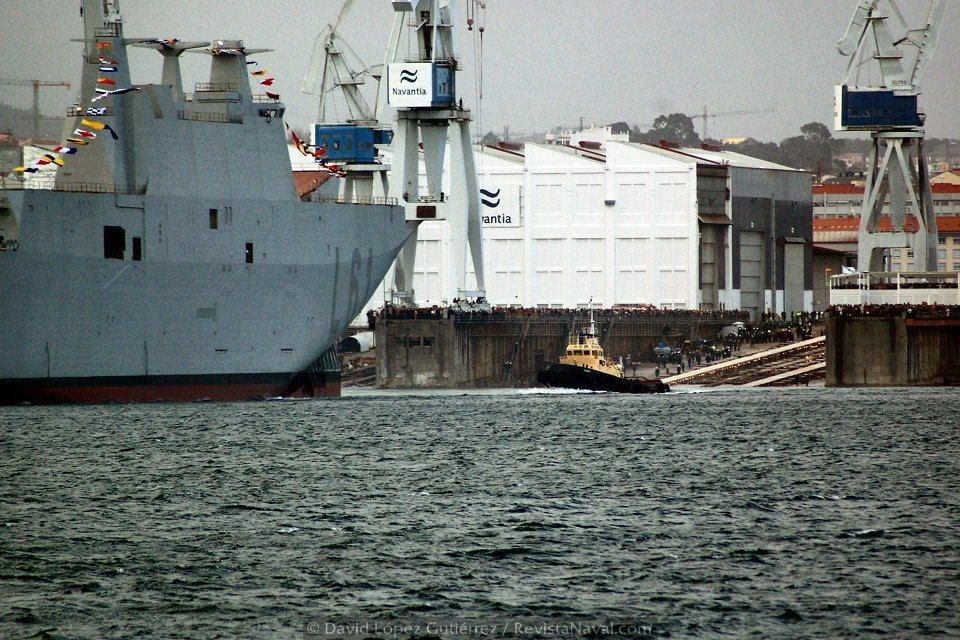 Los remolcadores se acerca al buque para tomarlo a remolque (Foto: David López Gutiérrez/Revista Naval)