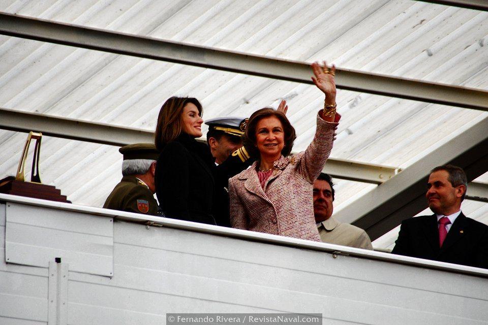 La reina y Doña Letizia saludan al público asistente (Foto: Fernando Rivera/Revista Naval)