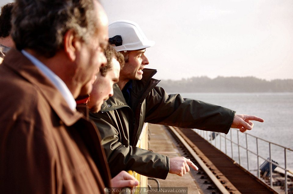 La inusual presencia de familiares en el recinto fabril animó a los trabajadores del astillero a compartir con ellos los detalles del día a día de su actividad laboral (Foto: Xoán Porto/Revista Naval)