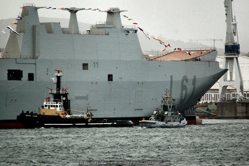 Los remolcadores empujan el buque hacia su primer descanso en el dique número 3 del astillero de Ferrol (Foto: David López Gutiérrez/Revista Naval)