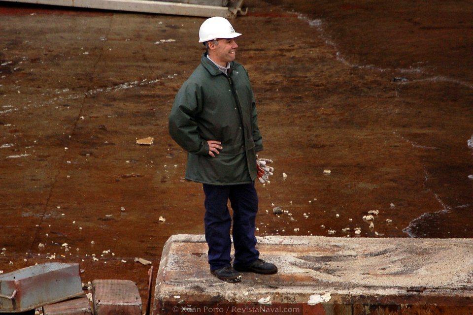 Un trabajador del astillero comtempla con satisfacción los primeros aleteos del «Juan Carlos I» en el mar (Foto: Xoán Porto/Revista Naval)
