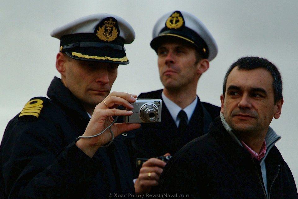 Delegaciones de otras Marinas no quisieron perderse ni inmortalizar el evento (Foto: Xoán Porto/Revista Naval)