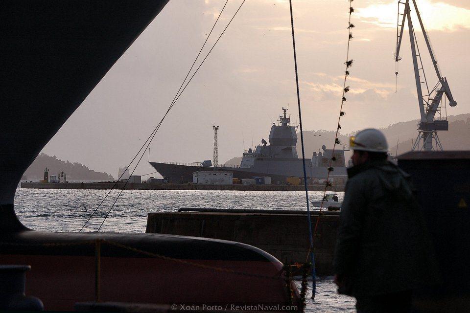 El bulbo de proa del «Juan Carlos I». Al fondo de la imagen, la fragata F-313 «Otto Sverdrup» que Navantia construye para la Armada de Noruega (Foto: Xoán Porto/Revista Naval)