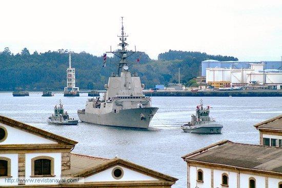 El buque arribó puntualmente a las 12.00 horas a los muelles del arsenal ferrolano (Foto: Xoán Porto/Revista Naval)