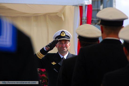 En la imagen, el <i>kommandørkaptein</i> Svein Erik Kvalvaag, que arribó a Ferrol comandando el auxiliar «Horten» (A-530) con el núcleo de dotación de la nueva fragata, se dirige a los marinos nórdicos para aprestarse a embarcar en la «Otto Sverdrup» (Foto: Fernando Rivera/Revista Naval)
