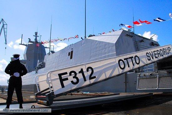 Verificada la aceptación del buque, se procedió a arriar la enseña española del pico para izar la bandera noruega (Foto: Fernando Rivera/Revista Naval)