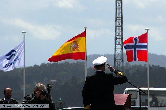 El almirante Jan Eirik Finseth, Jefe de la Marina Real de Noruega, saludando durante la interpretación de los himnos nacionales de España y Noruega (Foto: Fernando Rivera/Revista Naval)