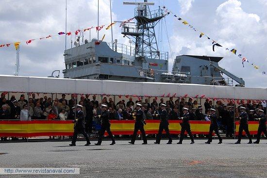 La dotación desfila ante las tribunas para embarcar en la fragata «Otto Sverdrup», ya bajo pabellón noruego (Foto: Fernando Rivera/Revista Naval)