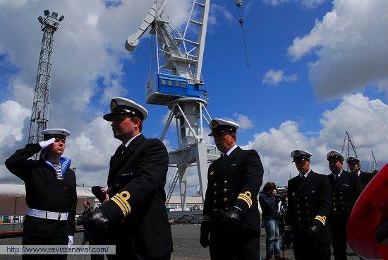Embarque de la dotación en la fragata «Otto Sverdrup», ahora ya bajo pabellón noruego (Foto: Fernando Rivera/Revista Naval)