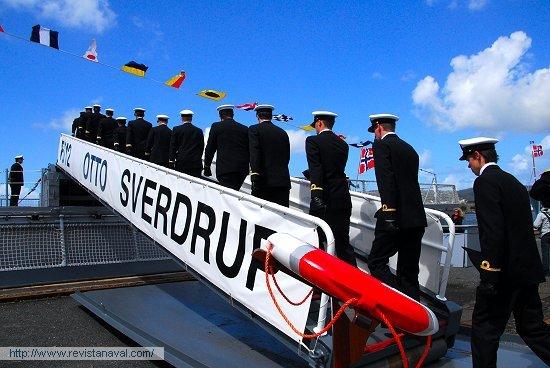 Embarque de la dotación en la fragata «Otto Sverdrup», ya bajo pabellón noruego (Foto: Fernando Rivera/Revista Naval)