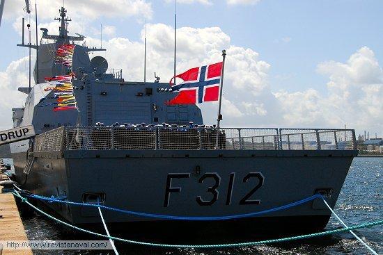 La dotación formada en la toldilla del buque (Foto: Fernando Rivera/Revista Naval)