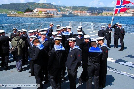 Finalizado la ceremonia, los miembros de la dotación departen sobre la cubierta del buque (Foto: Fernando Rivera/Revista Naval)