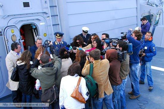Las autoridades atendiendo a la prensa acreditada al término del acto protocolario (Foto: Fernando Rivera/Revista Naval)