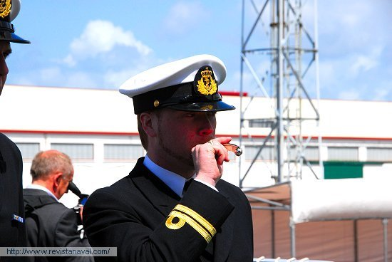 Saludando el desembarco de las autoridades a toque de chifle (Foto: Fernando Rivera/Revista Naval)