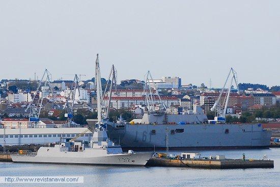 En esta imagen panorámica, se puede apreciar la relación de tamaño entre las fragatas F-310 y el L-61 (Foto: Fernando Rivera/Revista Naval)
