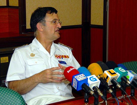 El contralmirante durante la conferencia de prensa a bordo de la fragata «Blas de Lezo» el pasado jueves (Foto: Fernando Rivera / Revista Naval)