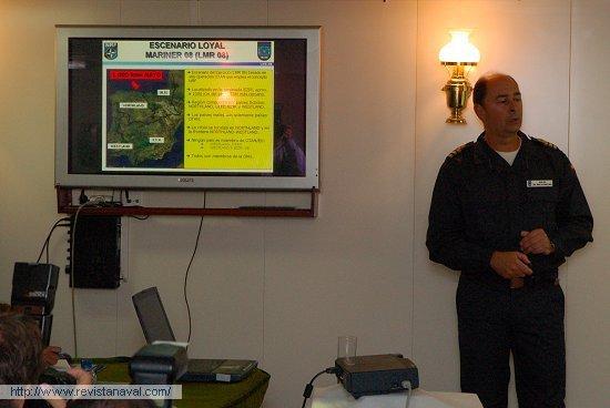 Presentación a la prensa. El jefe de operaciones, CF Alfonso Pérez de Nanclares, explica los antecedentes y objetivos del ejercicio a los medios de comunicación acreditados (Foto: Fernando Rivera/Revista Naval)